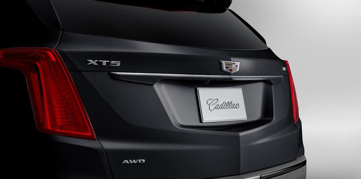 Cadillac XT5 Black Ice декоративная полоска над задней номерной плашкой